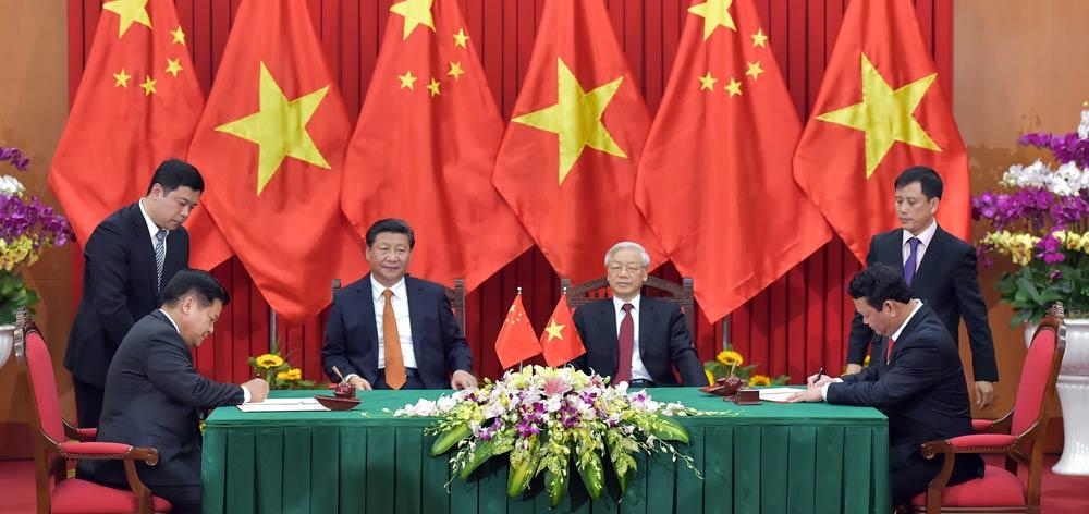 習近平與越共中央總書記阮富仲共同見證雙邊合作文件的簽署