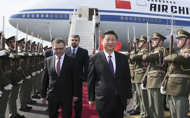 習近平抵達布拉格開始對捷克共和國進行國事訪問