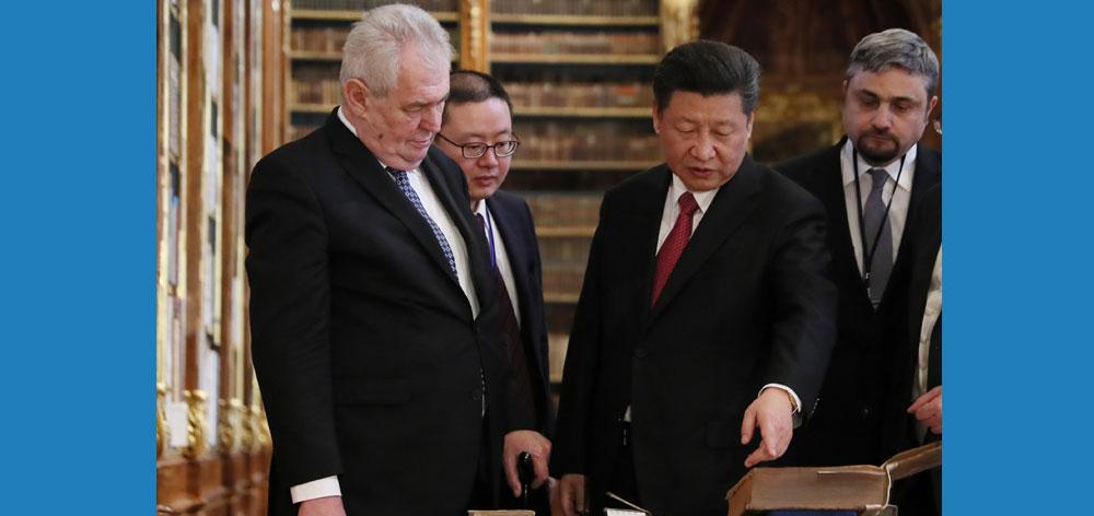 習近平同捷克總統澤曼共同參觀斯特拉霍夫圖書館