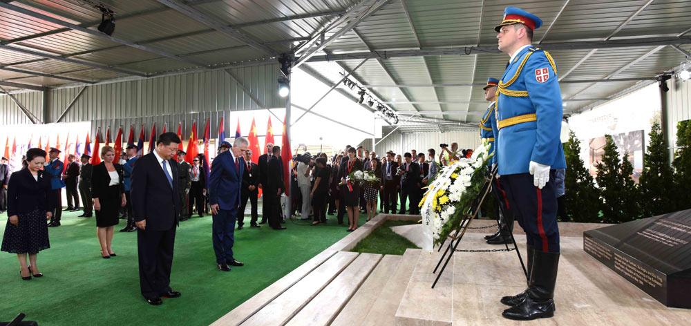 習近平和彭麗媛憑吊在我國駐南聯盟使館被炸事件中英勇犧牲的烈士