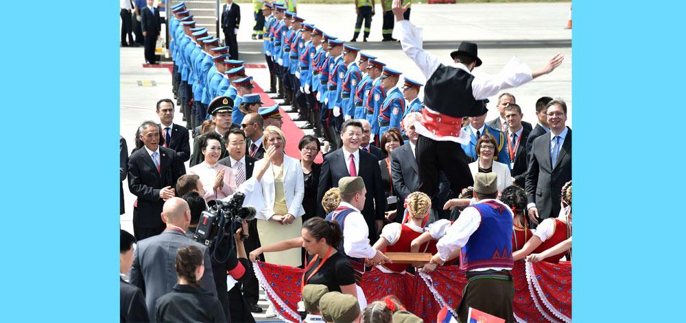 塞爾維亞民眾跳起歡快熱情的傳統舞蹈科羅舞熱烈歡迎習近平和夫人彭麗媛到訪