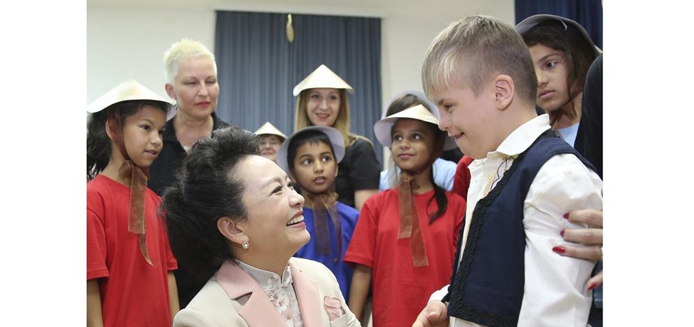 彭麗媛同塞爾維亞總統夫人德拉吉察共同參觀西羅戈伊諾特殊教育學校