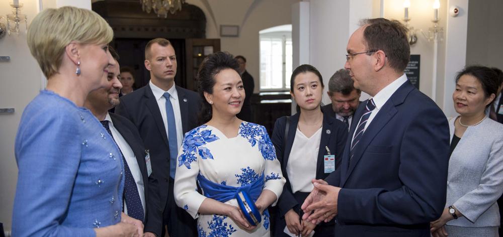 彭麗媛同波蘭總統夫人阿加塔共同參觀肖邦博物館