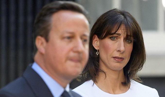 實拍英首相夫婦宣布辭職現場 淚眼凝噎下的溫情