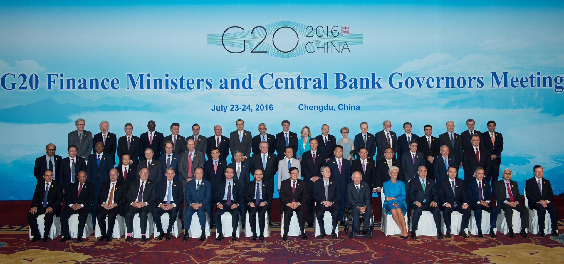 G20財長和央行行長會議與會代表在成都合影