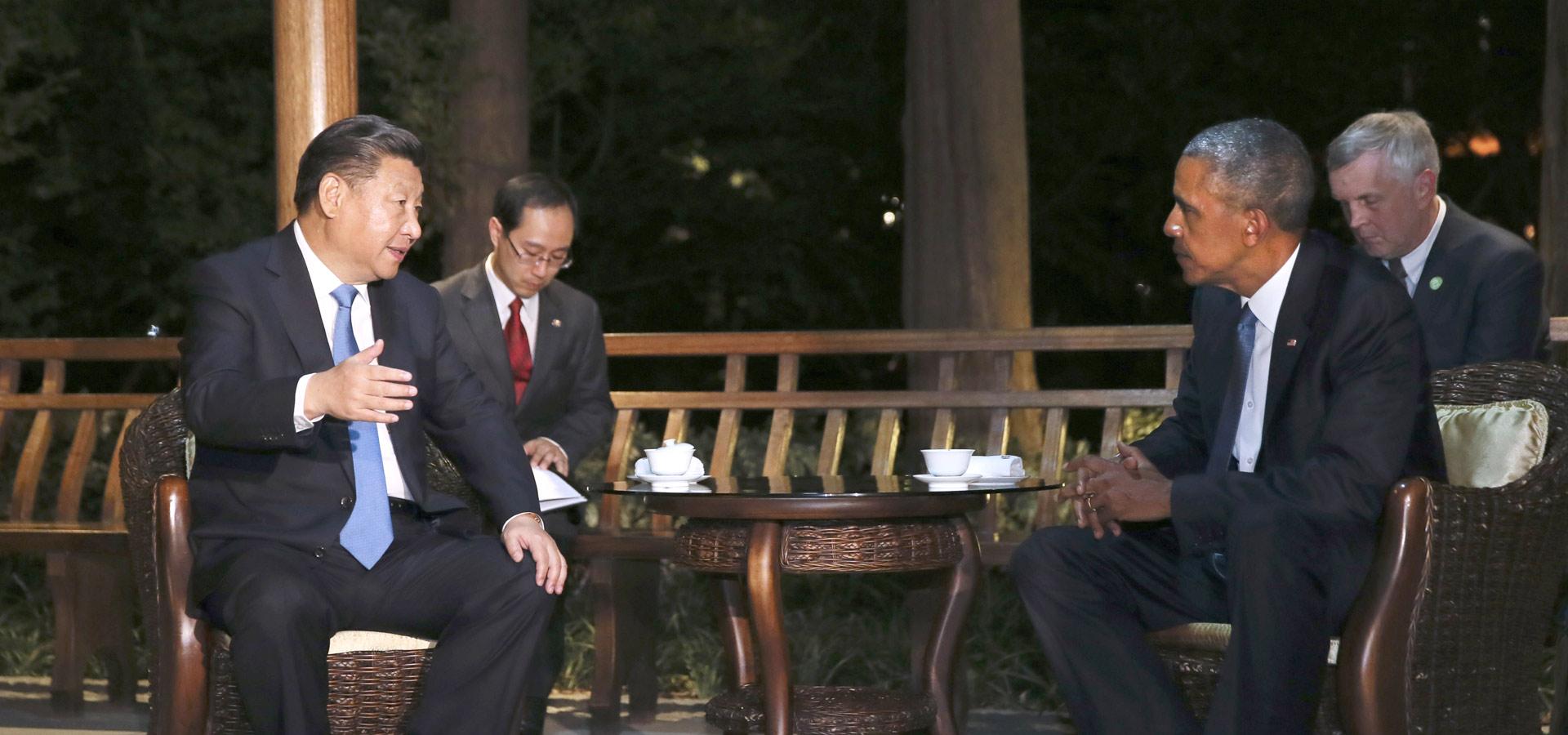 習近平與美國總統奧巴馬交談