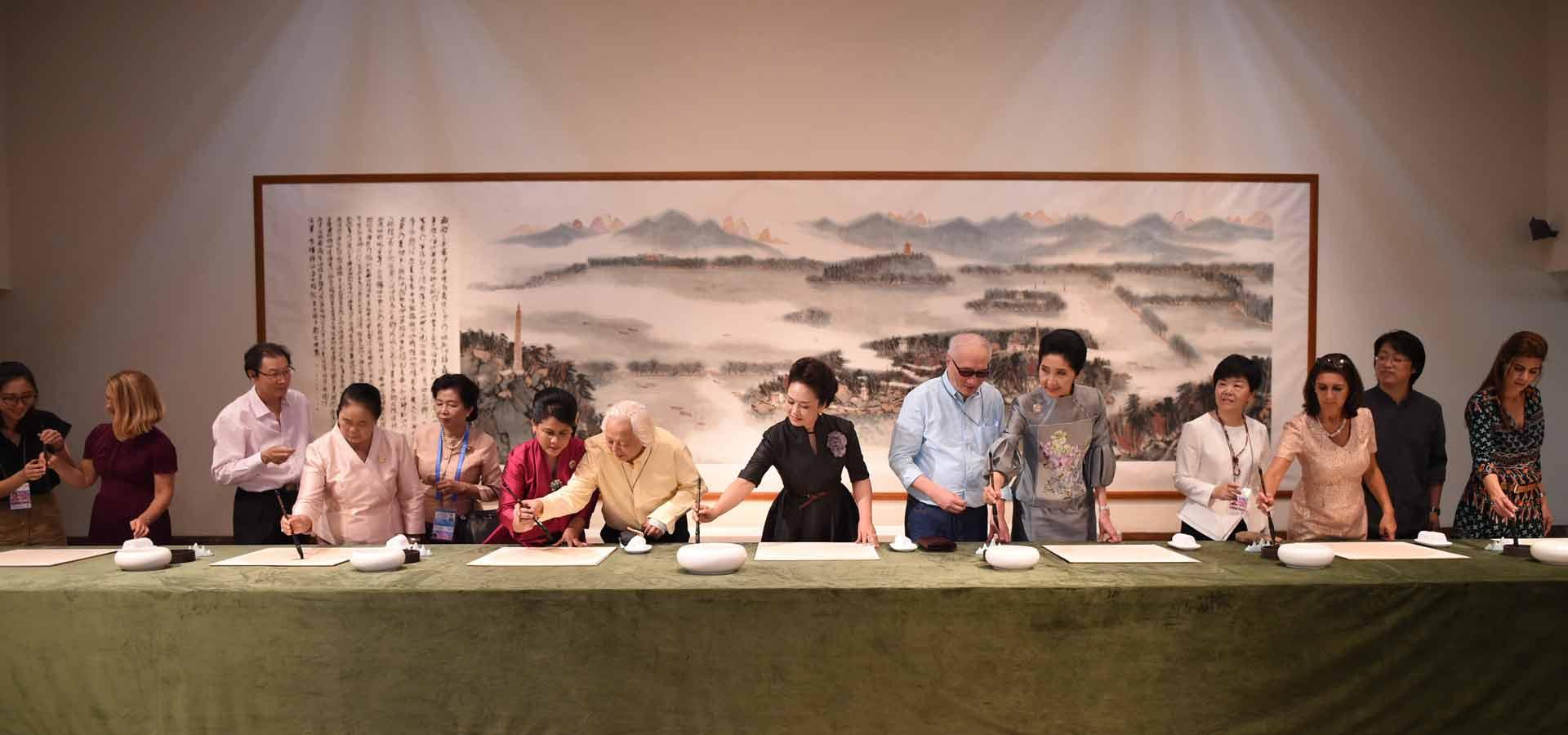 彭麗媛同二十國集團外方代表團團長夫人參觀中國美術學院