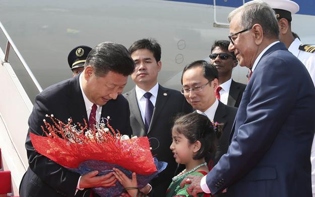 習近平抵達達卡開始對孟加拉人民共和國進行國事訪問