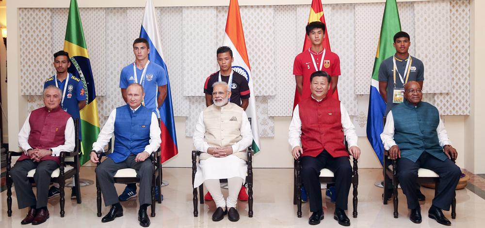 習近平同參加金磚國家17歲以下少年足球賽的各國代表隊隊長合影