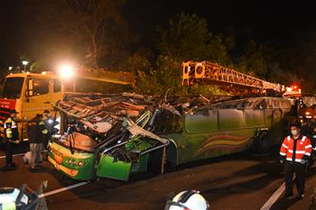 臺灣遊覽車翻車事故已致32死 車上無大陸遊客