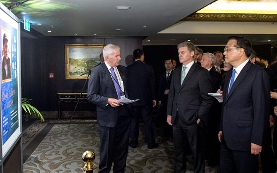 李克強與新西蘭總理共同參觀路易·艾黎誕辰120周年紀念活動展覽