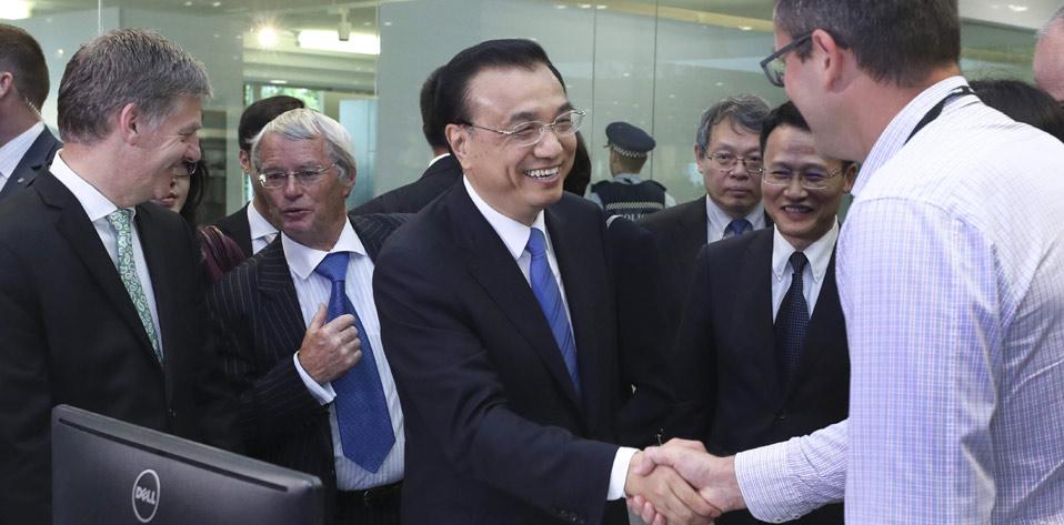 李克強與新西蘭總理共同參觀海爾-斐雪派克公司奧克蘭研發中心