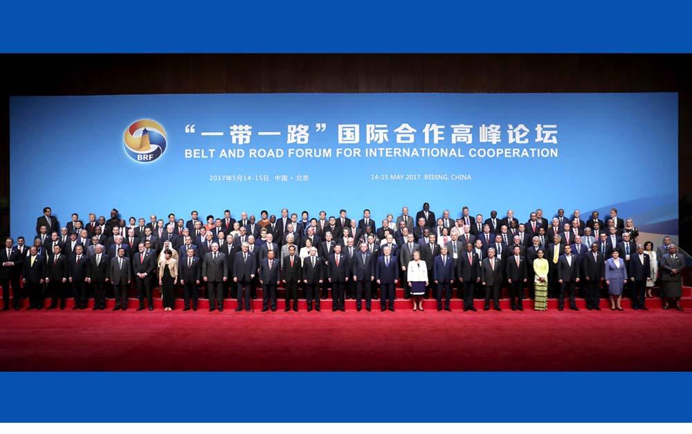 """习近平同出席""""一带一路""""国际合作高峰论坛的代表们合影"""