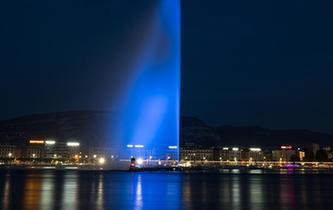 """日內瓦大噴泉點亮""""藍燈""""紀念世界難民日"""