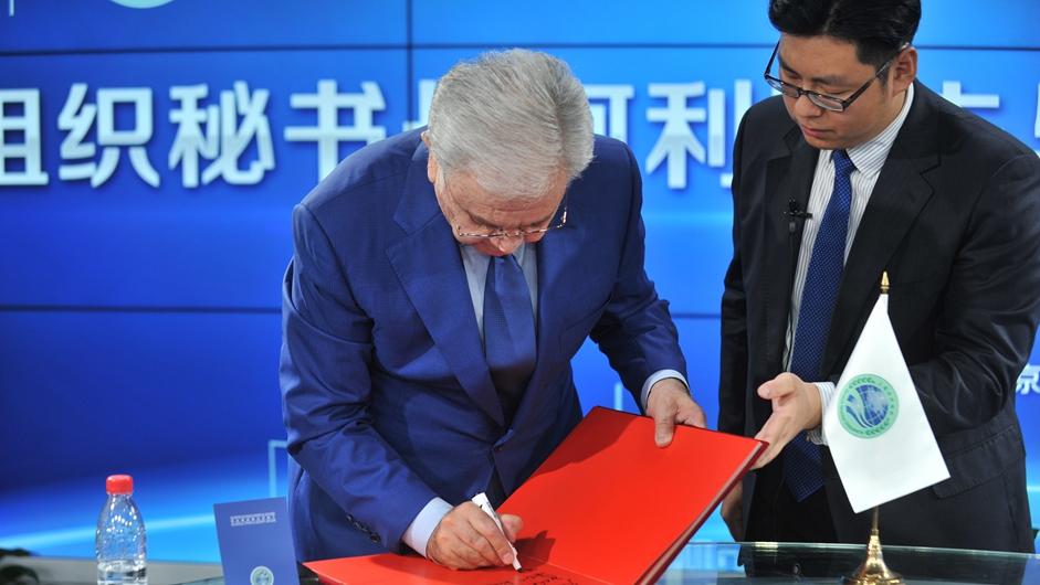 上海合作组织秘书长阿利莫夫为新华网题词