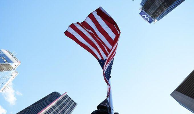 紐約時報廣場為拉斯維加斯槍擊事件降半旗