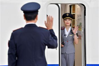 """鐵路父女的中秋""""團聚"""""""