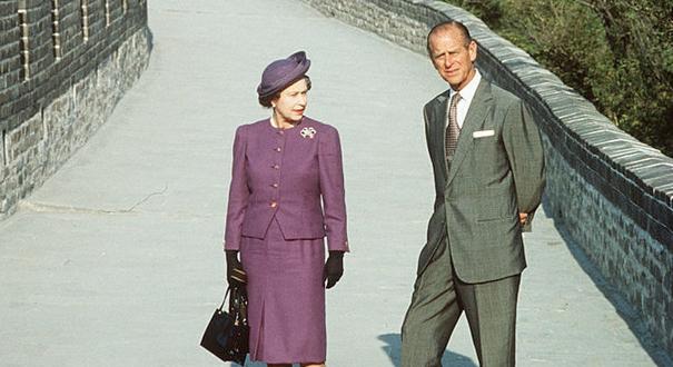 """英國女王夫婦迎""""白金婚""""紀念 回顧兩人甜蜜婚姻路"""