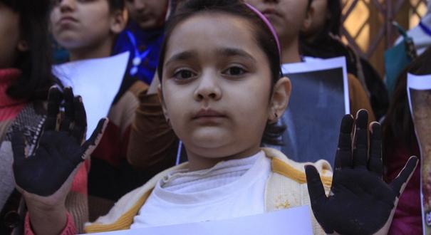 """巴基斯坦民眾聲援被姦殺女童 兒童舉""""黑手""""抗議性侵"""