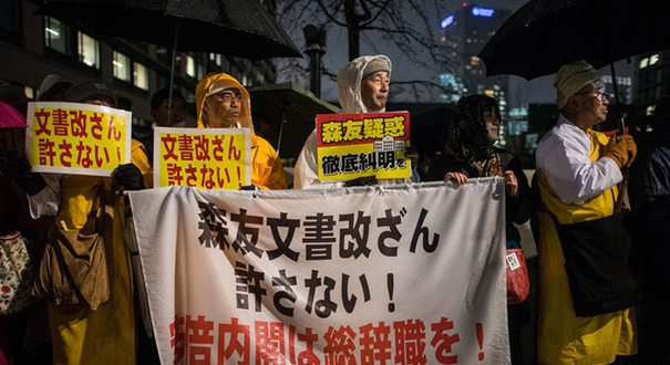 日民眾斥責政府撒謊 要求安倍與麻生下臺