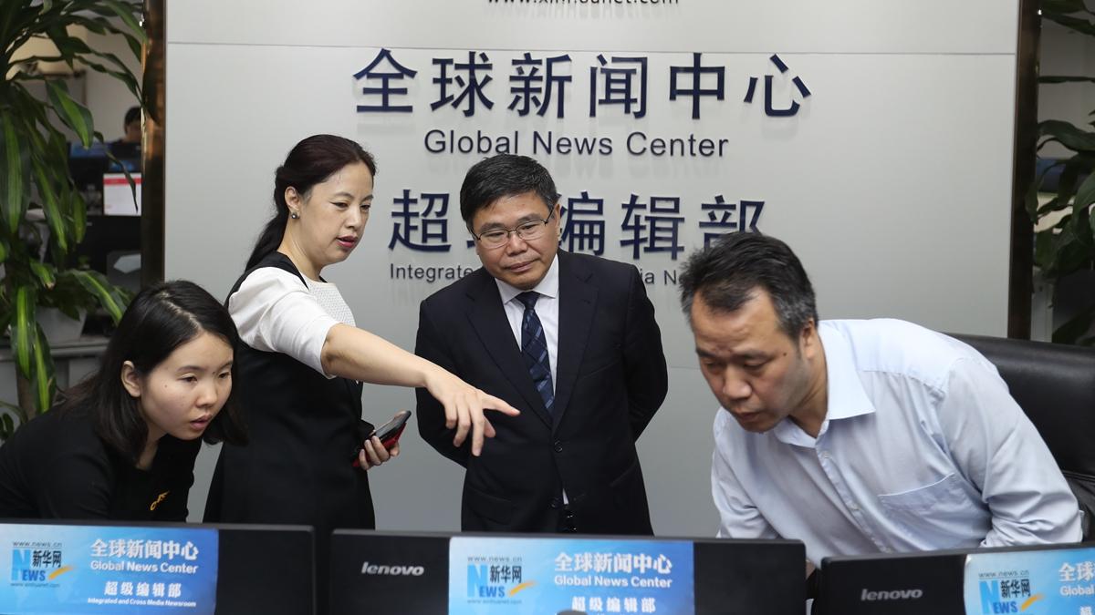 新华网副总编辑刘娟(左二)介绍新华网情况