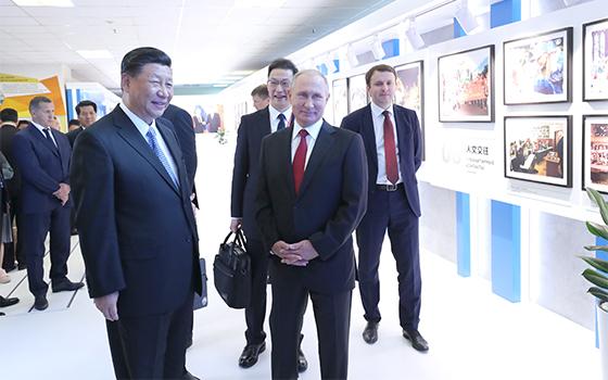 習近平和俄羅斯總統普京共同參觀中俄經貿合作圖片展
