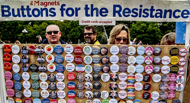 """紐約民眾舉行反特朗普活動 在街頭出售""""特朗普小醜""""徽章"""