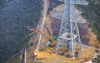 世界最高輸電鐵塔直升機跨海放索順利完成
