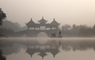 初冬晨霧籠罩揚州瘦西湖