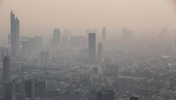 泰国曼谷雾霾持续 民众戴口罩出行