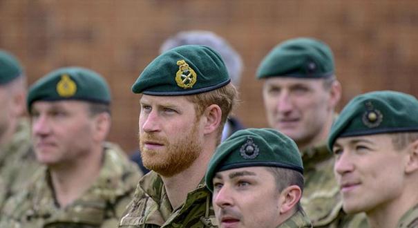 英國哈裏王子參觀皇家海軍陸戰隊基地 頭戴貝雷帽亮相