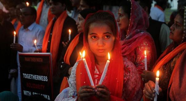 巴基斯坦學生燃燭悼念斯裏蘭卡爆炸遇難者