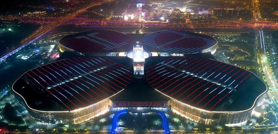 """夜幕下的""""国展中心"""""""