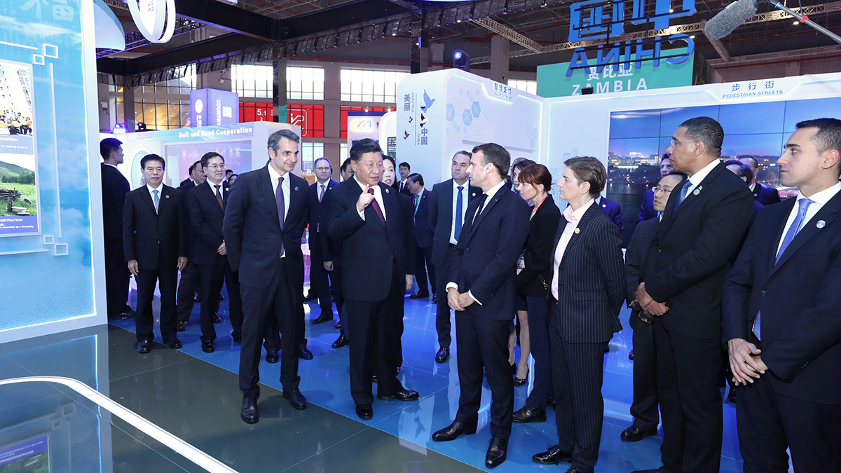 習近平同出席第二屆中國國際進口博覽會的外國領導人共同巡館