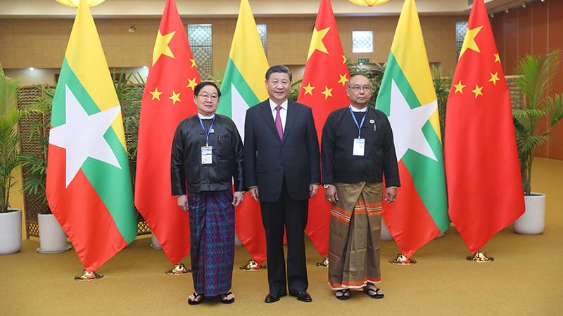 習近平同緬甸聯邦議會議長兼人民院議長和民族院議長友好交談