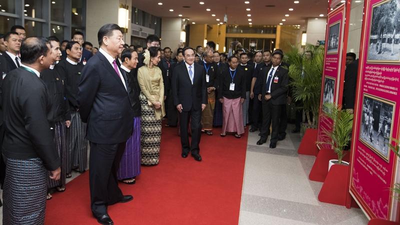 習近平同緬甸領導人駐足觀看的這組照片太有故事