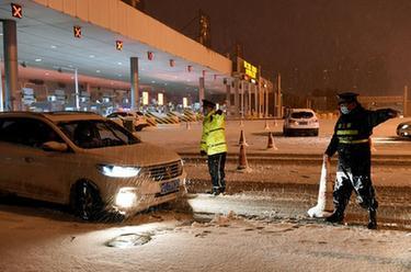 合肥:風雪夜嚴把防疫關
