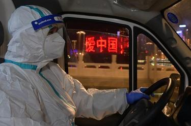 """奔忙在武漢雷神山醫院的""""擺渡人"""""""