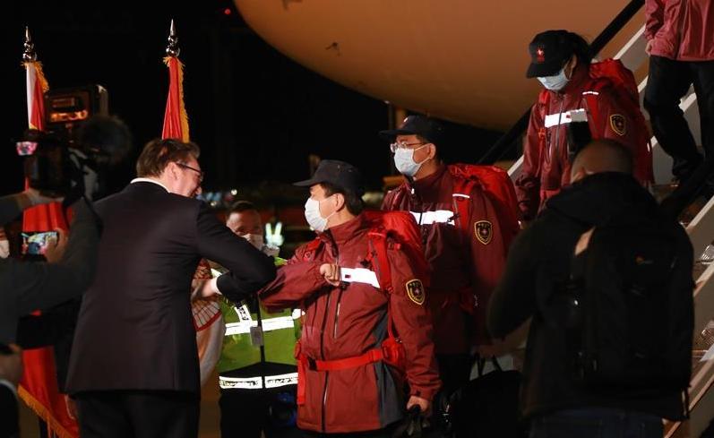 中國專家到了!塞爾維亞總統用這個特別動作相迎