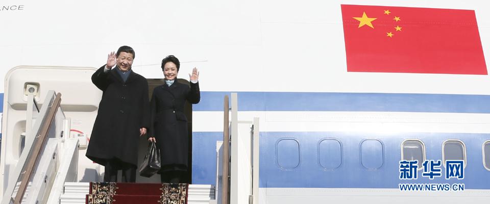 習近平和夫人彭麗媛向前來歡迎的人們揮手致意。