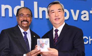聯合國艾滋病規劃署為李從軍頒獎
