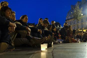 為巴黎聖母院祈福