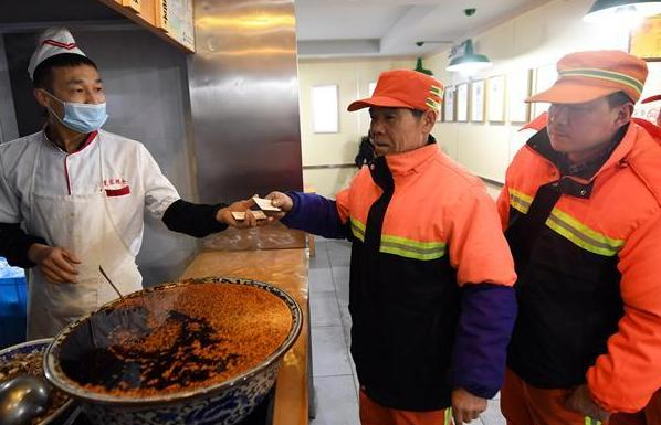 蘭州9000余名環衛工人享受免費牛肉面早餐