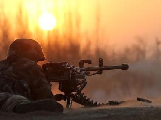 重高機槍夕陽下射擊場景美如畫
