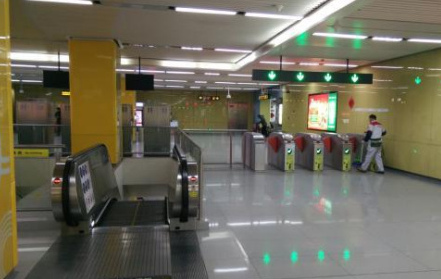 蘇州保潔員地鐵站被強吻:保潔換成大爺