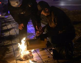 呼和浩特城管街頭勸阻民眾焚燒冥幣紙錢