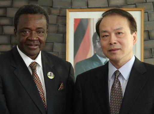 新華通訊社總編輯何平會見津巴布韋媒體、新聞與宣傳部長沙穆