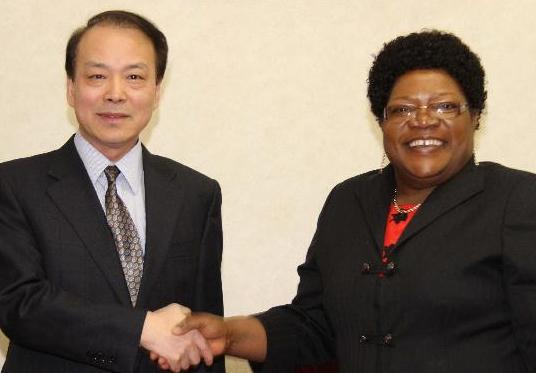 津巴布韋第一副總統穆朱魯會見新華通訊社總編輯何平
