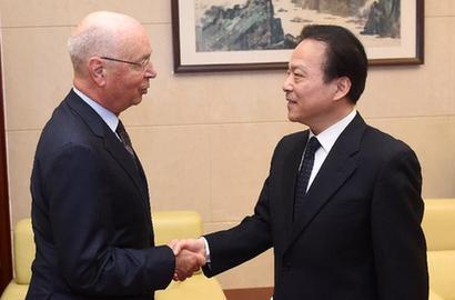何平會見世界經濟論壇主席施瓦布