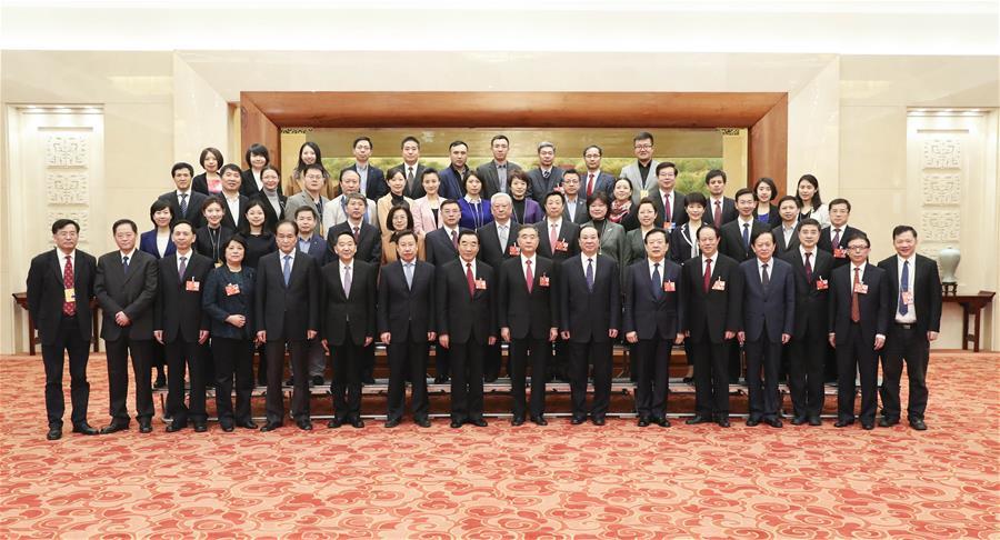 (两会·新华网)(2)汪洋看望参加全国政协十三届一次会议报道的新闻工作者